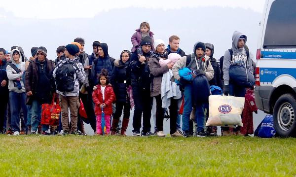 Германия слага таван на мигрантите: 200 хиляди годишно!