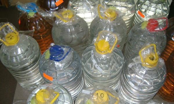 Полицаи иззеха 770 литра ракия от пенсионерка в Правец