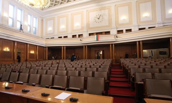 Депутатите решиха - ще работят извънредно и във вторник