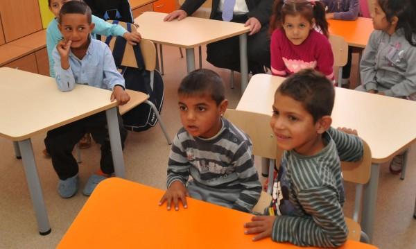 Морковът и тоягата: Как България се опитва да върне ромите в училище