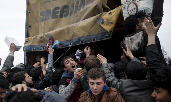 Камион с нелегални мигранти катастрофира, 66 са ранените