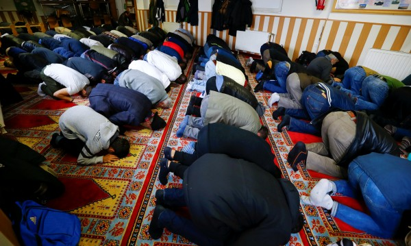 Смут в Германия: Де Мезиер искал мюсюлмански празници?