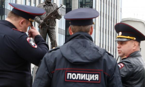 Четирима от ИД с белезници в Москва и Махачкала