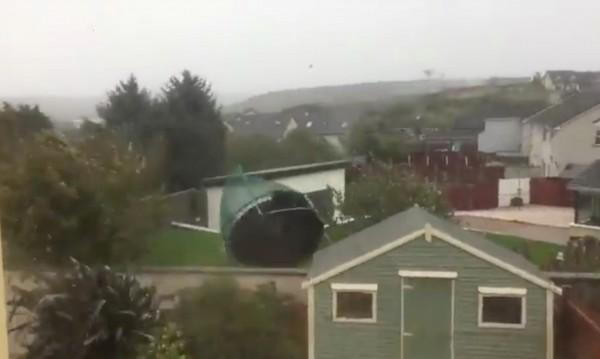 Буря връхлетя Ирландия, предизвика 10-метрови вълни