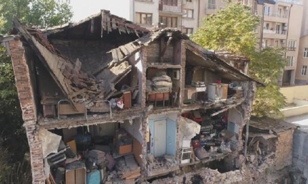 По време на строеж в съседство: Срути се част от къща в София