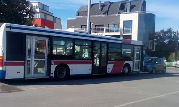 Иновативно или глупаво? Автобус.... с брава и дограма