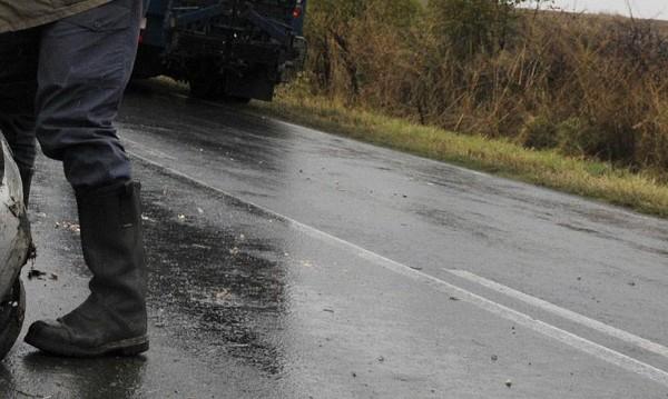Пътен ад край Български извор: Бус се озова между два тира