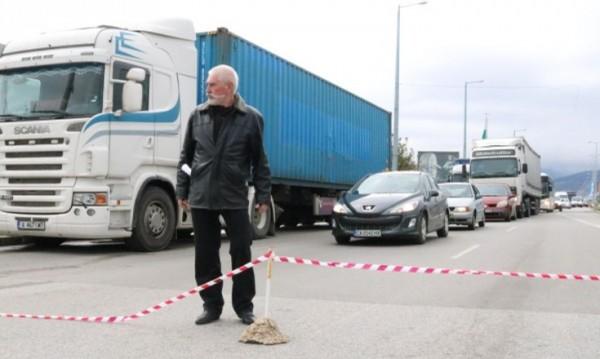 Мъж загради шосе в Пловдив и не пуска колите! Негово било!