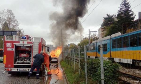 Автомобил се запали в движение на столичен булевард
