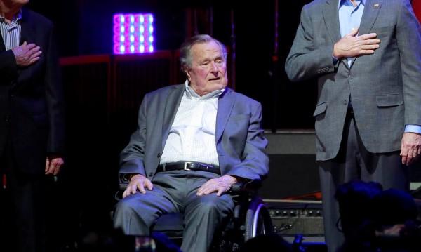 И Буш-старши с обвинение, докоснал актриса отзад