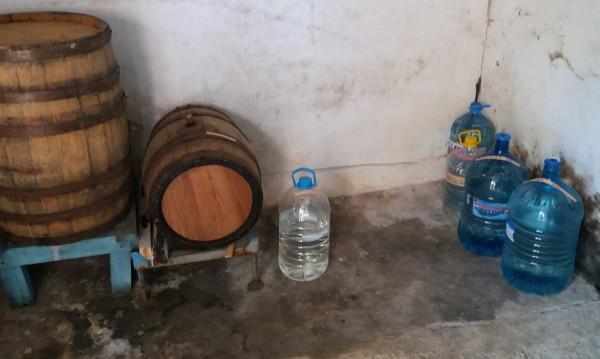Митничари от Лом хванаха над половин тон нелегална ракия