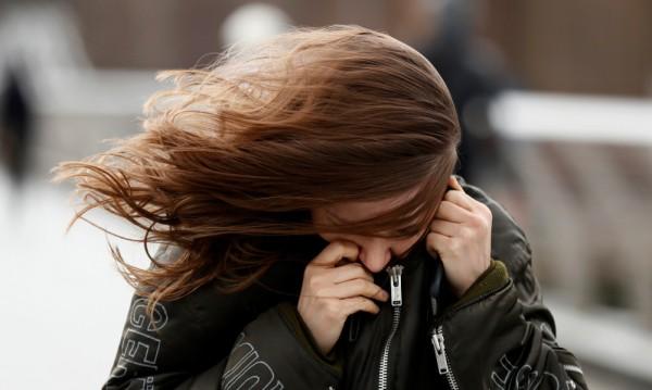 Бурен вятър носи още студ в страната