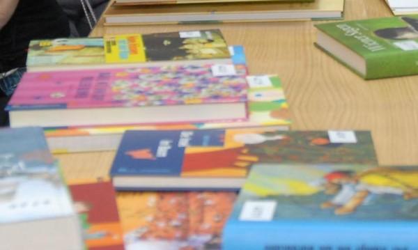 Даряват деца с книжки с български приказки в Димитровград