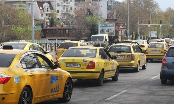 Транспортната комисия одобри след скандал облекчения за таксиджиите