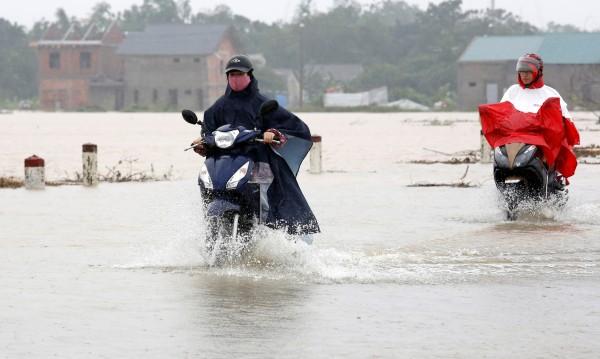 Десетки жертви на тайфуна Дамрей във Виетнам
