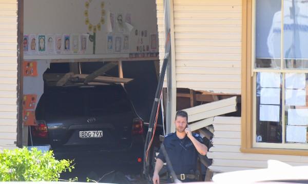 Трагедия в Австралия: Кола се вряза в училище, загинаха 2 деца
