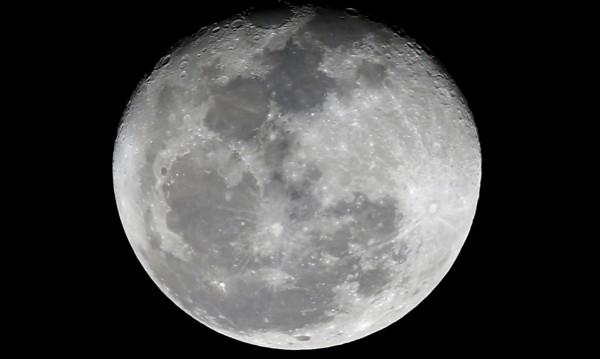 Учени разбраха: Взривят ли Луната, човечеството изчезва