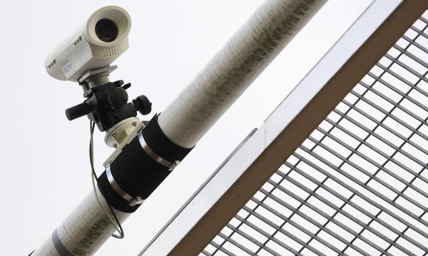 Скрита камера в училищна тоалетна! Полицията издирва наглеца