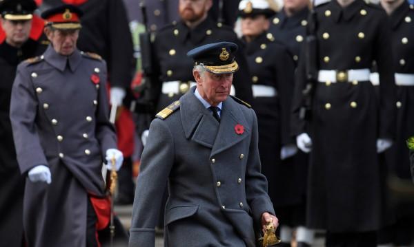 Принц Чарлз замести кралица Елизабет на церемония