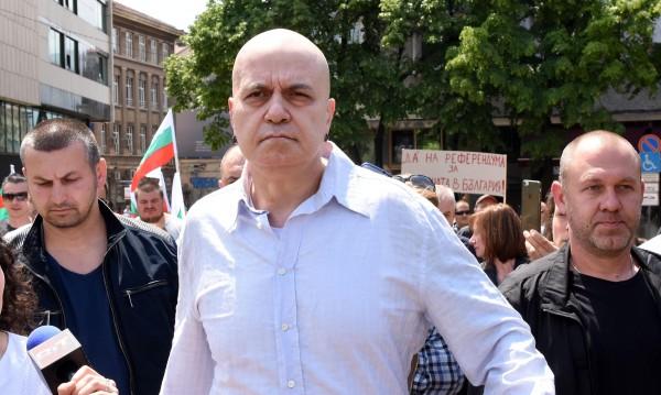 2 000 души пуснали CV-та на Слави, той: Продължаваме!
