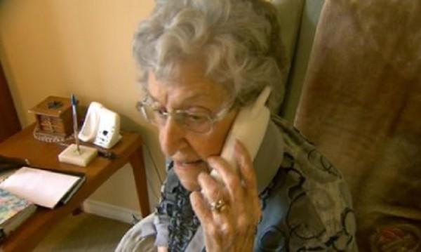 Възрастна жена хвърли през прозореца пари за апаши