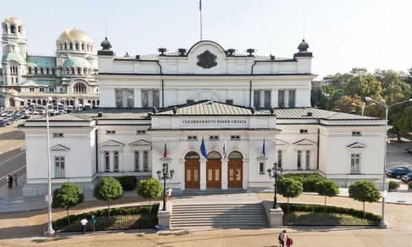 Българите разделени на две: За вота на недоверие, за оставките...