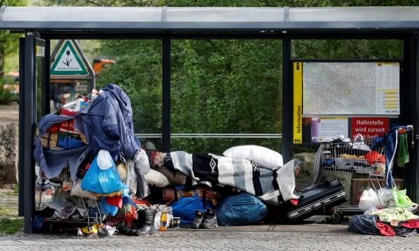 Бедни, бездомни българи приютени в Германия, в... кофи за смет
