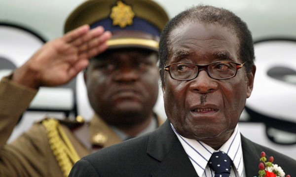 Президентът на Зимбабве отказва да сдаде властта