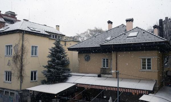 Първи сняг покри София, ще застудява още