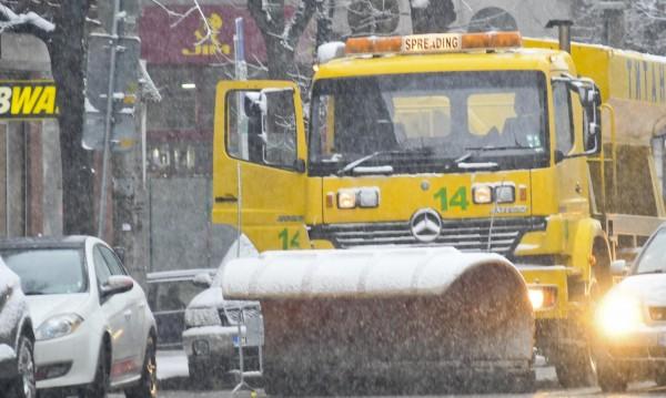 Първите снежинки полетяха и... 300 снегорина по пътищата