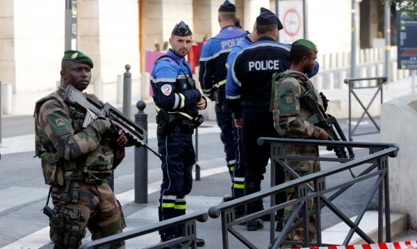 Шестима с белезници, готвели атака на коледния базар в Реймс
