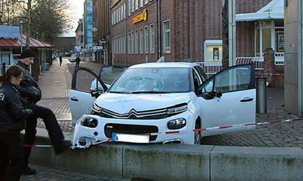 Кола се вряза в пешеходци в Германия, шестима са ранени