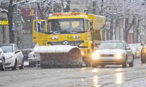"""110 снегорина в готовност да """"ловят"""" снежинки в София"""