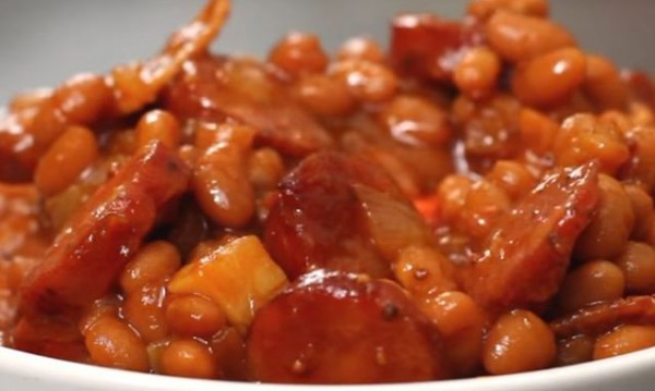 Рецептата Dnes: Печен боб с наденица и сушени домати