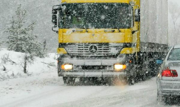 Заради снега: Спряха ТИР-овете през Предела