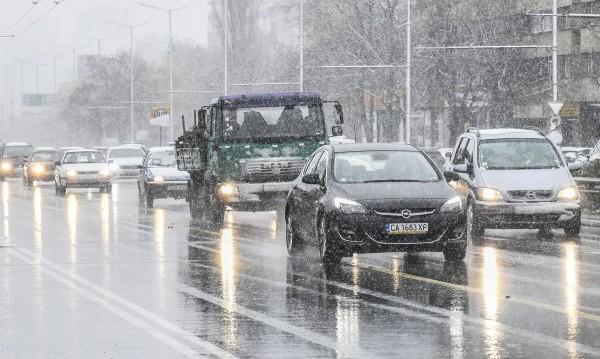 Трафикът в София – интензивен, но пътищата са почистени