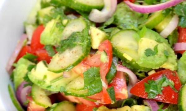 Рецептата Dnes: Салата айсберг с авокадо и чери домати
