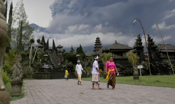 Летищата в Бали – блокирани, не могат да летят самолети
