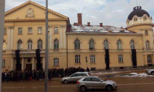 Черни знамена срещу прозорците на властта: На БАН й трябват пари!