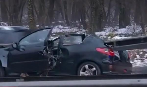 Зрелищно ПТП! Кола се наниза на мантинела в София