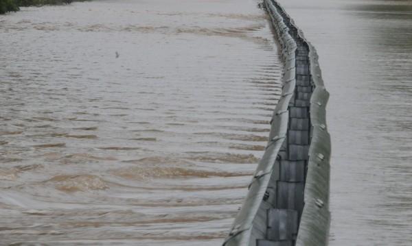 След дъждовете: Евакуирани села, паднали дървета, язовири и реки – на ръба