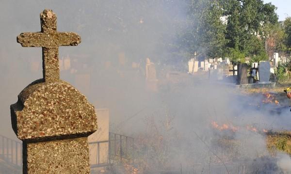 Бизнес с вярата: Разжалвани попове правят пари на черно по гробищата