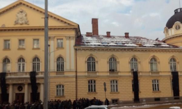 Учените напират за среща с Борисов. Не свалят черните знамена
