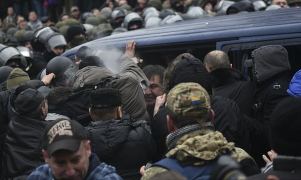 Привърженици освободиха Саакашвили от полицейския бус