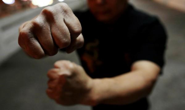 Школски екшън: Въоръжени с пръти дирят ученик, за да го бият