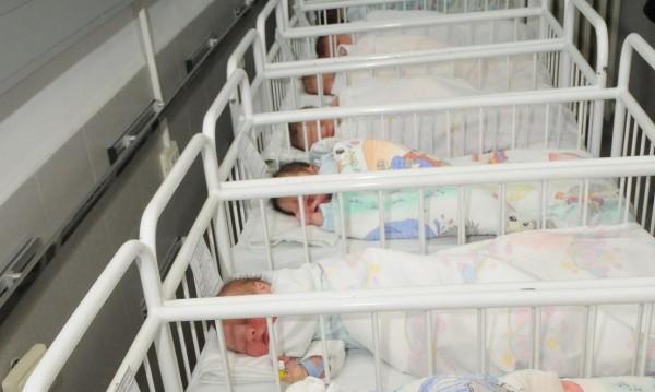 Кошмар в Перник: Майка бутна бебето си в чужди ръце и избяга