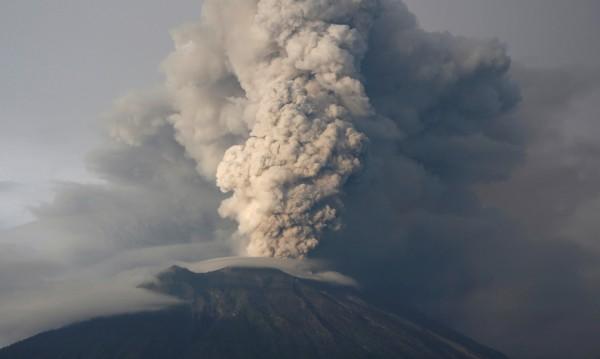 Вулканът Агунг избълва дим на 2 километра височина