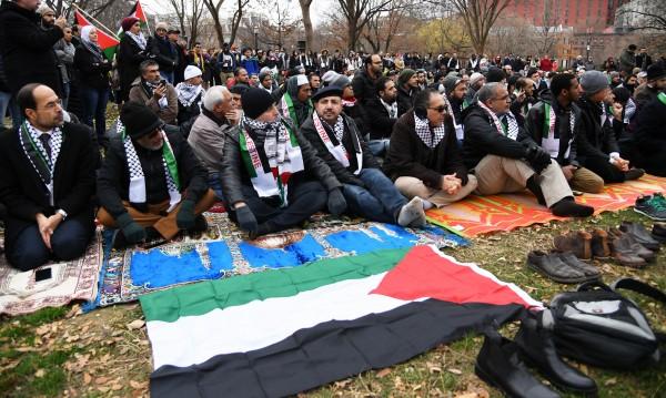 Протест: Мюсюлмани участваха в молитва пред Белия дом