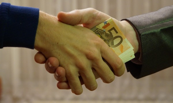 Турски шофьор с присъда, предложил пари на катаджия
