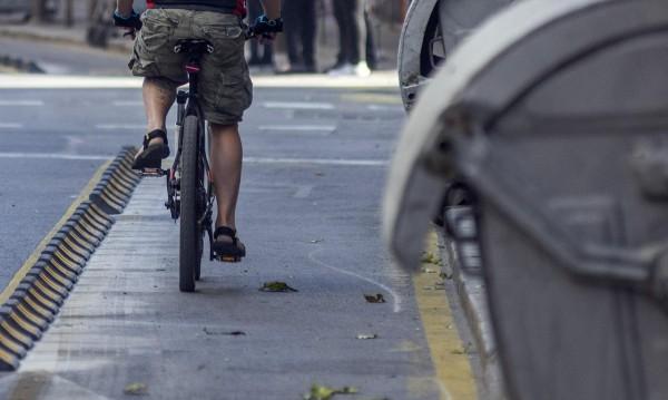Колоездач отнесе жена на велоалея пред болница